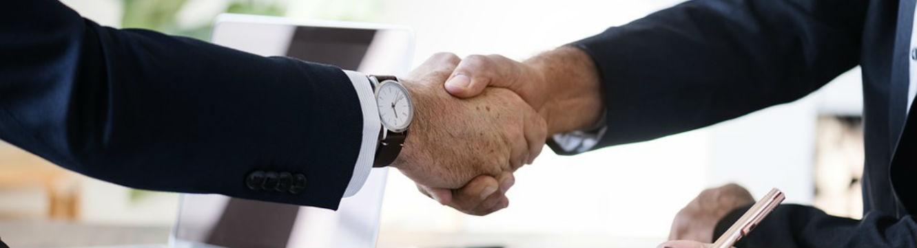 Deux hommes ont signé un contrat
