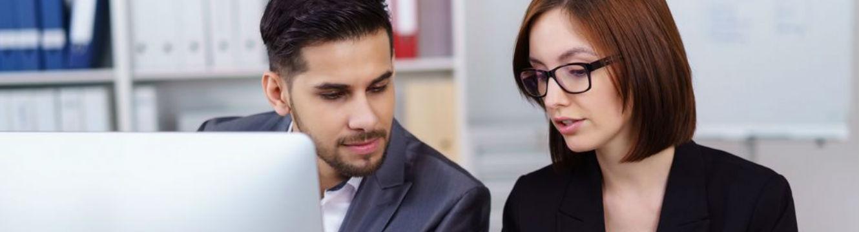 Deux professionnels échangent sur un projet sur-mesure